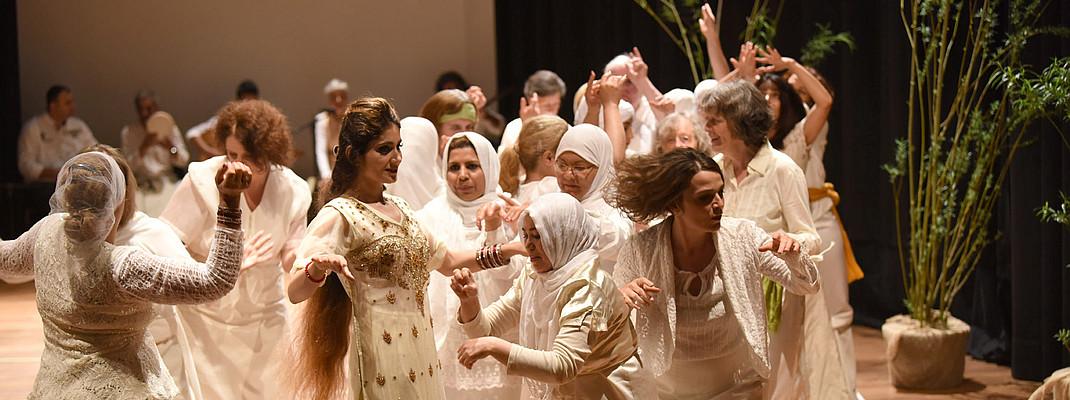 FORUM KUNST LEBEN 4-Interkulturelles Frauen-Tanzprojekt für Frauen ab 25 mit Pilar Buira Ferre (Leitung), Gabriele Seidel (Fotografie), Schirin Zareh (Gesang) Foto / Copyright Juri Junkov Haagener Str. 35a 79599 Wittlingen Tel: +49 7621 140962 Mobil: +49 171 7410128 www.junkov.com