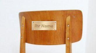 Stuhl mit Schild Ausschnitt